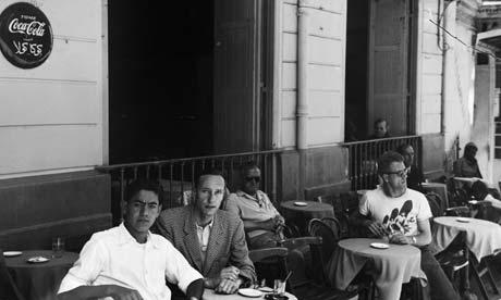 Eccovi una fotina di William Burroughs che sorseggia un tè nel Pétit Socco